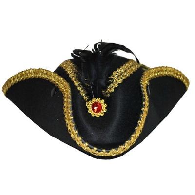 Třírohý klobouk s broží a peřím